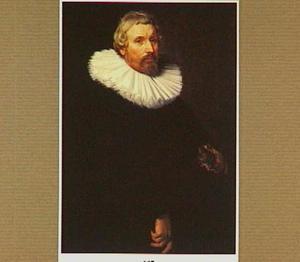 Portret van een man met zijn handschoenen in zijn rechterhand