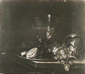 Stilleven  met konische roemer, druiven en granaatappel