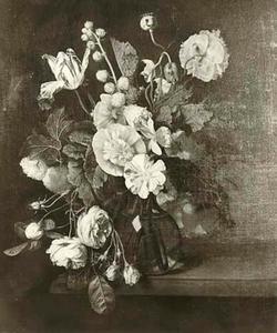 Bloemstilleven in een glazen vaas op een marmeren blad