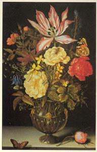 Bloemen in een glazen vaas met leeuwenkoppen