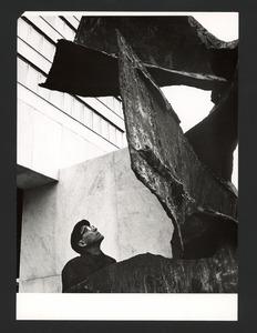 De beeldhouwer Wessel Couzijn bij zijn 'Belichaamde Eenheid'