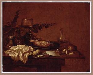 Stilleven met krab op een tinnen bord, een roemer en een druiventak op een tafel met servet