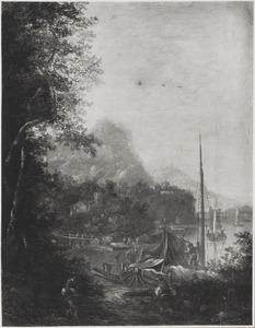 Bergachtig rivierlandschap met aangemeerde boten