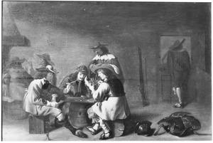 Kaartspelende en rokende soldaten in een wachtlokaal