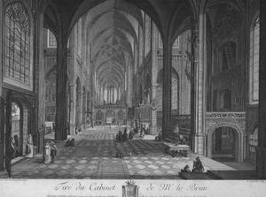 Interieur van een gotische kerk met wandelaars