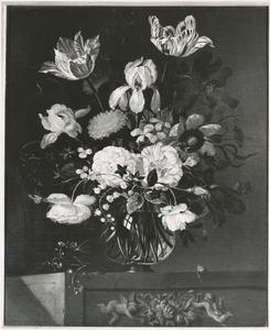 Bloemen in een glazen vaas, met vergeet-mij-nietje en slak, op een stenen voetstuk