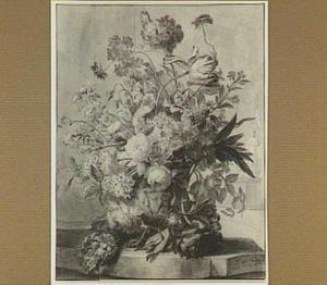 Bloemstilleven met tulpen en rozen in een vaas met putti, op een stenen plint