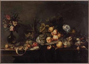 Stilleven met een boeket bloemen, dode vogels en een schaal fruit
