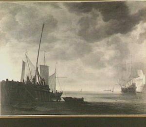 Aanlegsteiger met vissers en verschillende vaartuigen; rechts op de achtergrond vuurt een oorlogsschip een saluutschot af