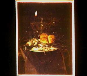 Stilleven met een haring, brood, druiven en een roemer.