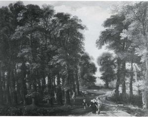 Boslandschap met een bospad met wandelaars