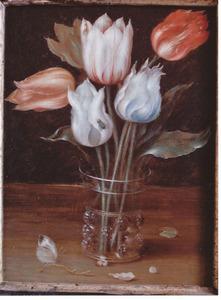 Tulpen in een glazen beker met braamnoppen