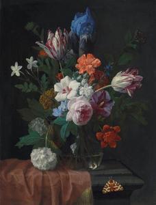 Bloemen in een glazen vaas, met een beervlinder, op een deels gedekte stenen tafel