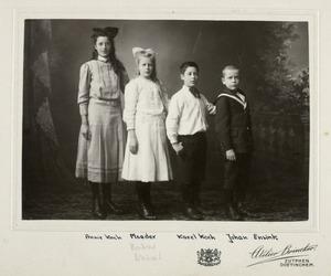 Portret van Annie Koch (?-?), Egberta Sophia Ensink (1903-1934), Karel Koch (?-?) en Johan Ensink (?-?)