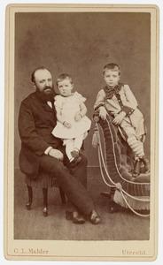 Portret van Johannes Judith Veeren (1846-1910) en zijn kinderen