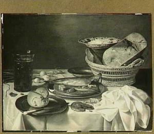 Stilleven met oude kaas in mand, haring, uitjes en brood op een wit servet