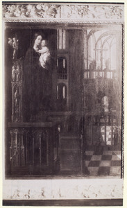 Maria met kind in de kerk staand op een altaar