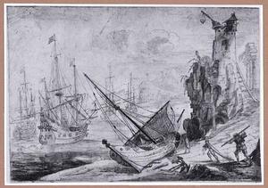 Kustgezicht met op het land liggende zeilboot en vervallen vuurtoren