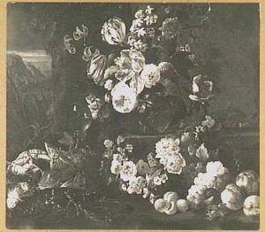 Stilleven met bloemen, vruchten, kreeften en roemer in een landschap