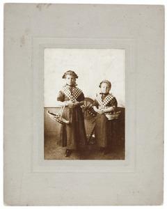Portret van Maria Koldenhof (1902-) en Jennie Koldenhof (1905-1988)