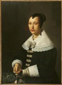 Portret van een vrouw met een veren waaier