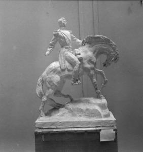 Het atelier van Antoine Bourdelle met een beeldhouwwerk van een ruiterstandbeeld, mogelijk een studie voor het ruiterstandbeeld van Alvear