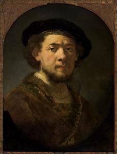 Borststuk van een man met baret en gouden ketting
