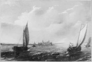 Schepen op een zee met een vesting op de achtergrond