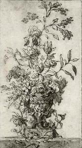 Bloemen in een vaas, versierd met zeemeerminnen, op een marmeren tafel