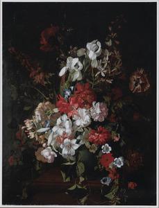 Stilleven van lelies, tulpen en diverse andere bloemen in een vaas op een hardstenen piëdestal