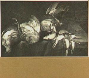 Stilleven van twee patrijzen, een snip en een stok met zangvogels