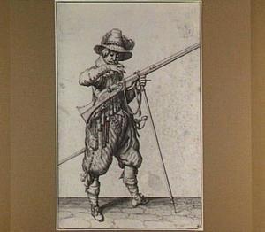 Staande soldaat met geweer, het lont uitblazend