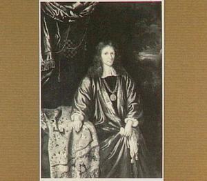 Portret van een  voornaam heer met een penning om zijn nek