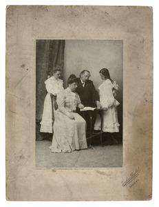 Portret van Willem Maris met zijn tweede vrouw Johanna van Bijlevelt en dochters Johanna en Elizabeth