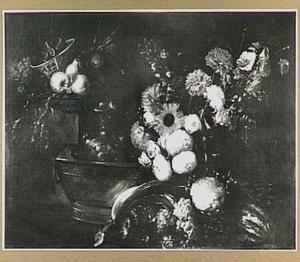 Stilleven van bloemen, vruchten, groente en siervaatwerk