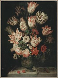 Bloemen in een versierde terracotta vaas met kersen, vliegend hert en hagedis, op een stenen plint