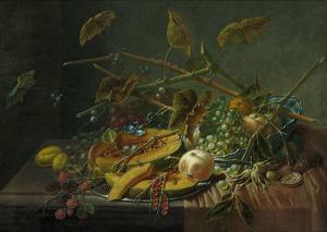 Stilleven met een doorgesneden meloen, druiven en andere vruchten
