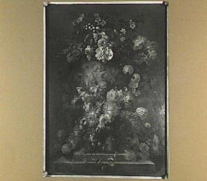 Klassiek geornamenteerde vaas omringd door bloemenslingers op een piedestal