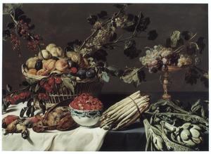 Stilleven met gevogelte, een mand fruit, een kom aardbeien, een tazza met druiven en een bos asperges