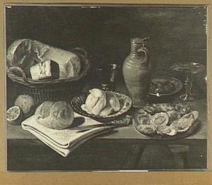 Stilleven met kaas in een mand, boter op een bord, een kruik, glaswerk en een bord met oesters