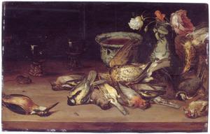 Stilleven met dode vogels, porcelein, glazen, enkele bloemen en een muis