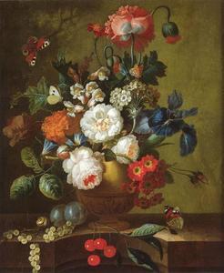Bloemen in een terracotta vaas met vruchten en vlinders