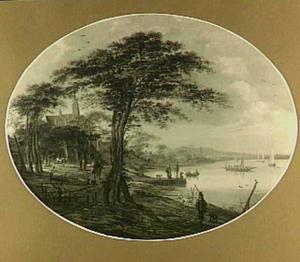 Rivieroever met bomen en bebouwing en reizigers; op het water diverse bootjes, waaronder een veerpont