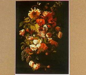 Bloemstilleven met zonnebloem, tulpen en rozen op een stenen plint