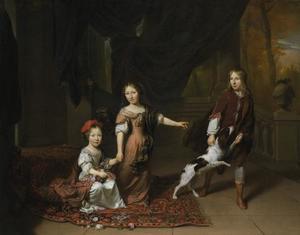 Portret van twee zusjes en een broer spelend met een hond
