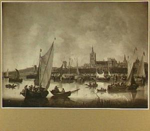 Rivergezicht met boten, voor een stad