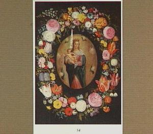 Bloemenkrans rond een medaillon met een Maria met Kind