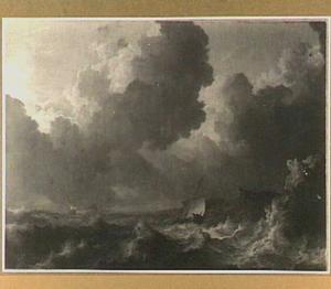 Schip in een zware storm voor een rotsachtige kust