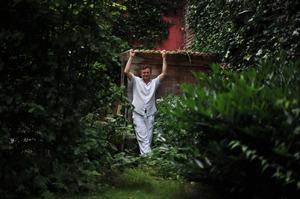 Carl de Keyzer in de tuin bij zijn atelier