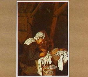 Oude vrouw bezig met naaiwerk